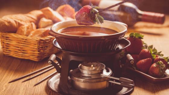 Fondue de Nutella com Leite Ninho é a receita ideal para um final de semana de inverno