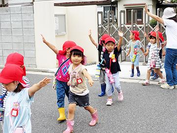 北門を出て、祇園小学校に向かいます。