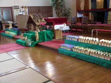 祭壇に並べられた献金箱。
