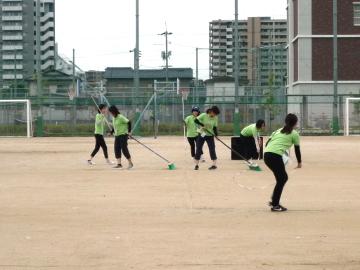 先生たちが、祇園小学校の運動場に移動し、運動会の準備を開始。