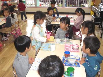 年少さんの教室では、年少さんが年長さんに、お茶を配ってあげます。