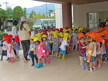 幼稚園の玄関に、年少さんが全員集合。