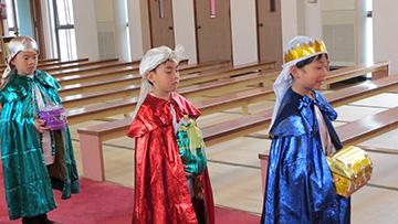 東方の三博士たちが、イエスさまのもとを訪れます。