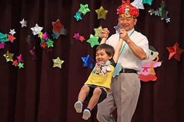高山神父さまが、お礼に「ぐるぐる」をして下さいました。