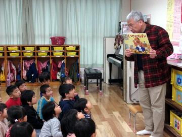 その頃、年中組さんは、園長先生に紙芝居を読んでいただいたり、