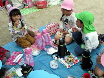 幼稚園に戻り、園庭でお弁当をいただきました。