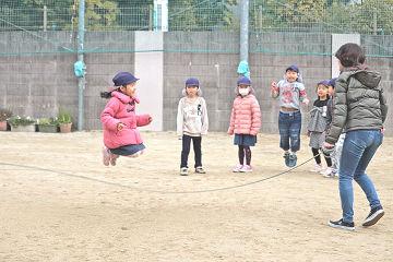 長縄跳びなどを見ていただきました。
