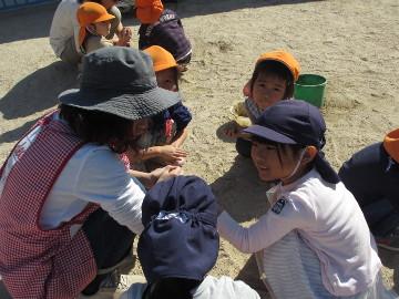最近、清心幼稚園でちょっとしたブームとなっている、泥だんご作り。
