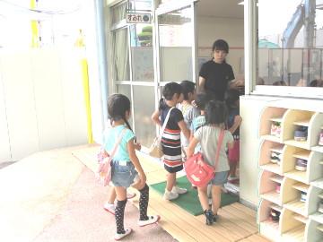 年中さんが、年少さんの教室へ。「お邪魔しま~す」。