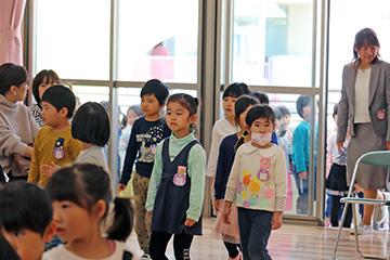 子どもたちがホールに入場。