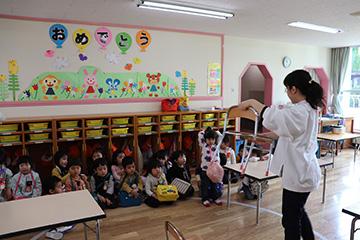 先生から、椅子の運び方を教わります。