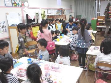 年長さんの教室で、年少さんが先にお椅子に座ります。