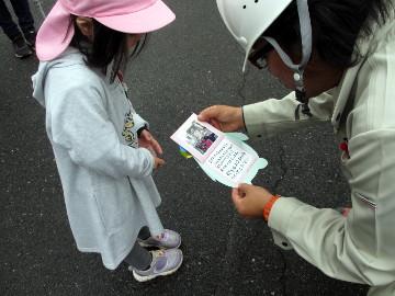 感謝のカードには、ヘルメットをかぶった子どもたちの写真とメッセージが。