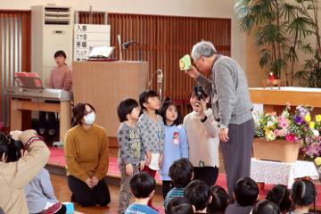 年少、年中、年長の代表がら、プレゼントが贈られました。