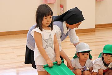 姉の樹奈ちゃんは、ばら組のお友達と一緒に、パラウェーブのトレーニング。