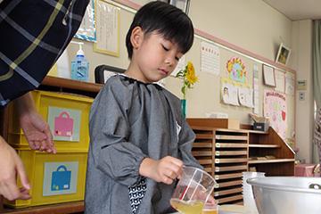 溶かした液体をコップに注ぎます。