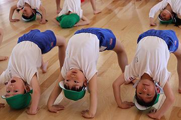 実はこれ、秋の運動会で披露する組体操の基礎作り。