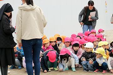先生方が、園児の数を数えて集計。全員無事でした!!
