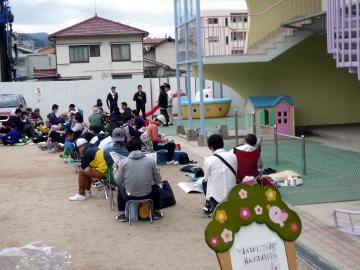 午前7時前。徹夜組も含め、40人近くのお父様方が、場所取りの順番待ちに並んでおられました。
