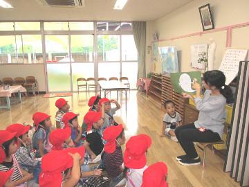 きちんと座って、先生のお話を聞きます。
