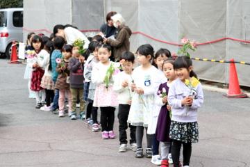 聖堂の前に、お花を持って並びます。