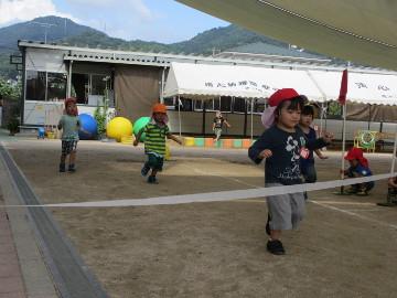 年少組、年中組さんは、園庭で運動会の練習。