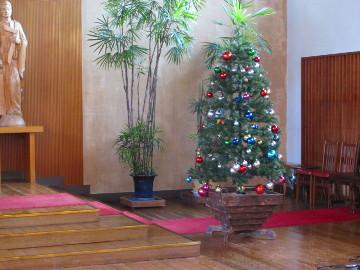 祭壇脇のモミの木には、色とりどりのオーナメント。