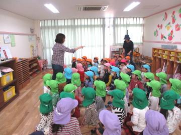 先生が子どもたちの人数を数え、