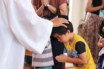高山神父さまが、みんなを植福して下さいました。