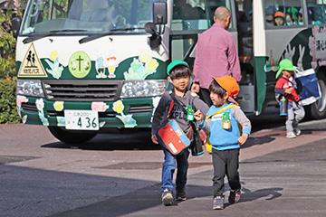 バス登園の子どもたちが到着。