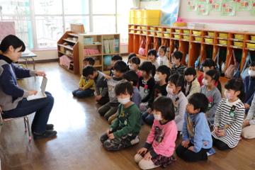 みんなお行儀よく先生のお話を聞きます。