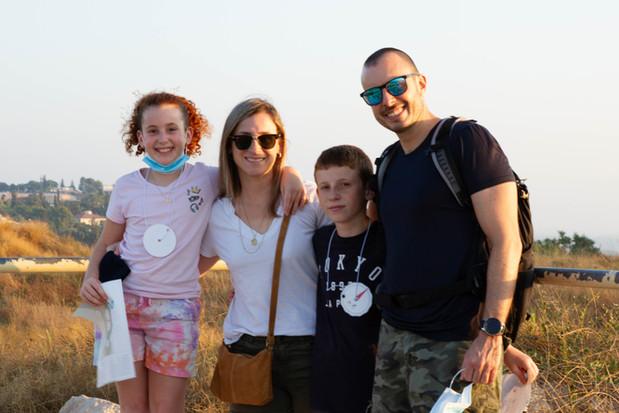 משפחה מנווטת בקיץ