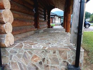 hnědý velkoformátový obklad z přírodního kamene