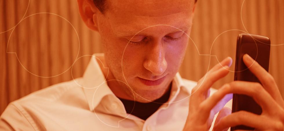 Homem branco cego usa um telefone celular.png