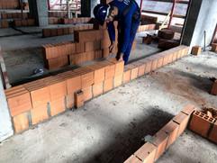 Assentamento de tijlos usando bisnaga e argamassa polimérica