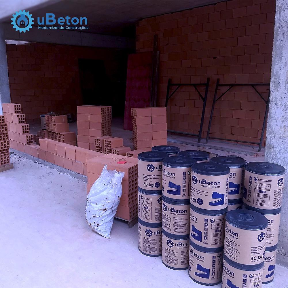 23 barricas de massa polimérica uBeton. Suficientes para mais de 420 m² de alvenaria!