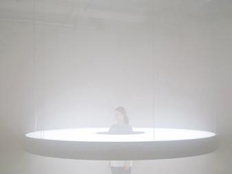 `Halo´ de Karolina Halatek envuelve a los visitantes con luz blanca pura en China.