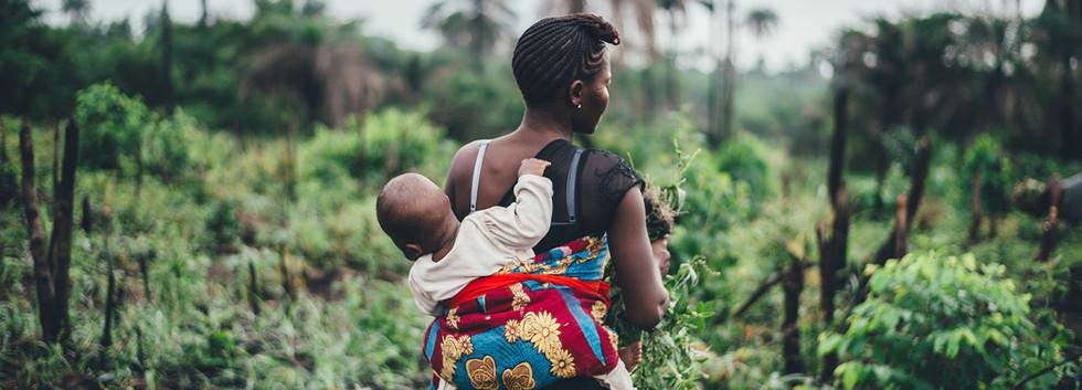 Berufstätige Mutter auf dem Feld