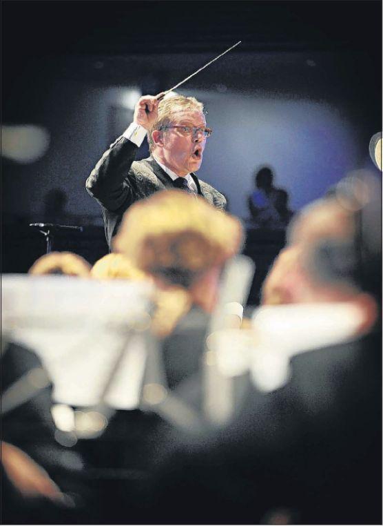 De Limburgse dirigent Alex Schillings leidde de harmonie uit het Belgische Peer. foto Bas Quaedvlieg