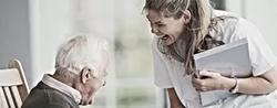 Homme_âgé_avec_une_infirmière