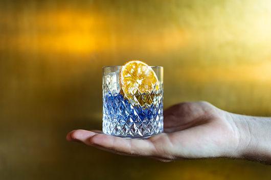 blauer-gin-im-glas