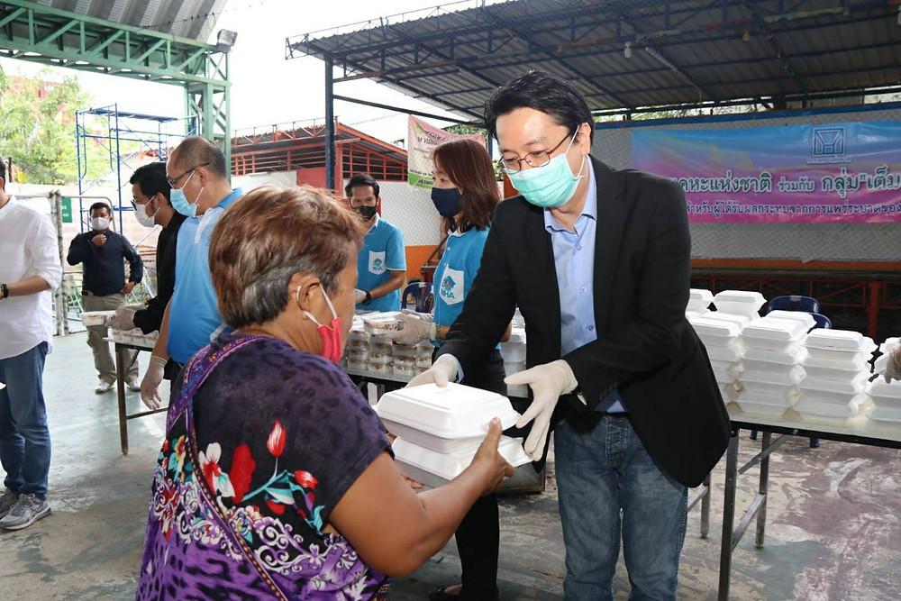 นายณัฐพงศ์ พันธเกียรติไพศาล ประธานกรรมการการเคหะแห่งชาติร่วมมอบอาหารกล่องแก่ประชาชน
