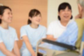 回復期リハビリテーション病棟の看護師とリハビリスタッフの様子