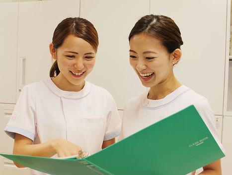 福岡にある花畑病院の和気藹々と明るい雰囲気の看護師の様子