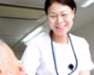患者さまに看護を提供する久留米の看護師
