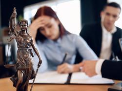 Сторона спора не лишается права на возмещение судебных расходов, если ее интересы представлял супруг
