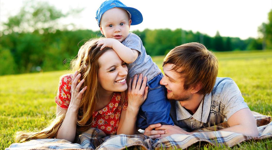 Красивая картинка семья у камина постоянно приглашают