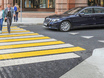 """Пешеход на """"зебре"""": надо ли уступать дорогу, если траектории пешехода и автомобиля не пересекаются?"""