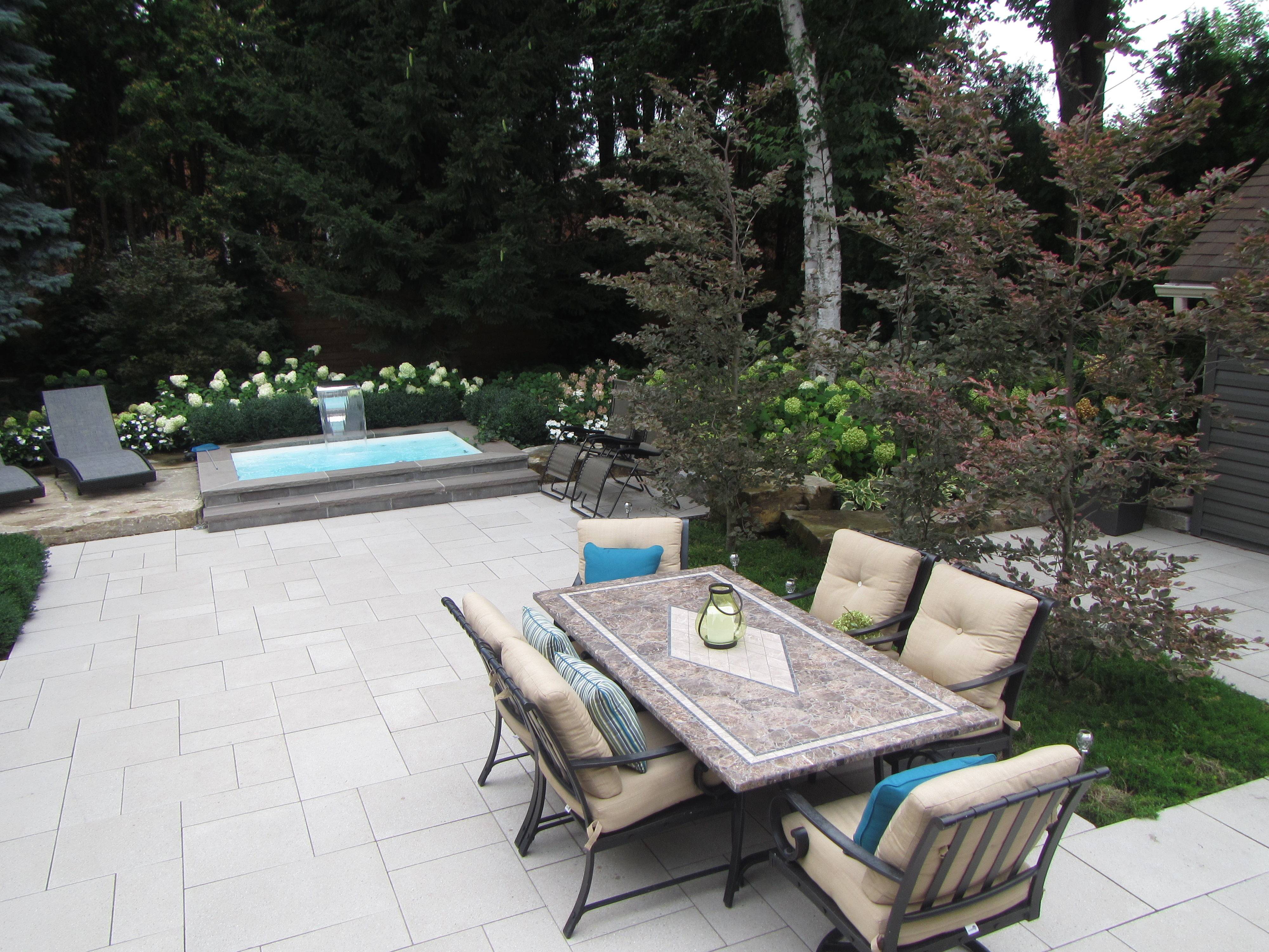 Outdoor Dinning and swimming area