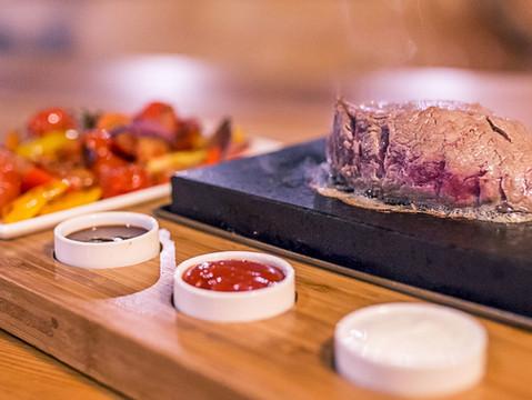 SPECIALITA PODNIKU  - dopeč si steak u svého stolu !